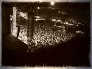Pohled na noční dav